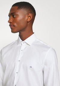 Calvin Klein Tailored - CONTRAST PRINT SLIM SHIRT - Formal shirt - white - 5