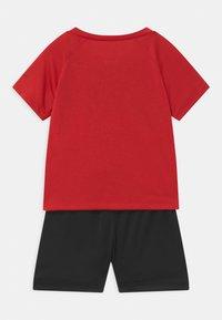 Nike Sportswear - RAGLAN SET  - Print T-shirt - habanero red/black - 1