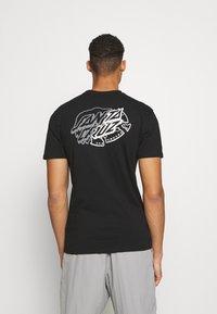 Santa Cruz - UNIVERSAL DOT UNISEX - T-shirt imprimé - black - 2