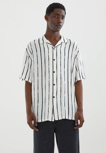 MIT UNREGELMÄSSIGEM STREIFENPRINT - Shirt - off-white