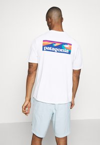 Patagonia - CAP COOL DAILY GRAPHIC - T-shirt imprimé - white - 2