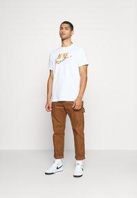 Nike Sportswear - TEE PREHEAT  - T-shirt con stampa - white - 1