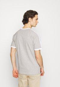 adidas Originals - STRIPES TEE - T-shirt med print - medium grey heather - 3