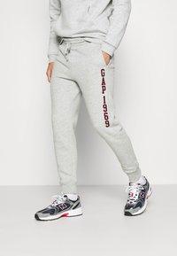 GAP - V-EXL FAMILY MOMENT LOGO JOGGER - Spodnie treningowe - light heather grey - 0