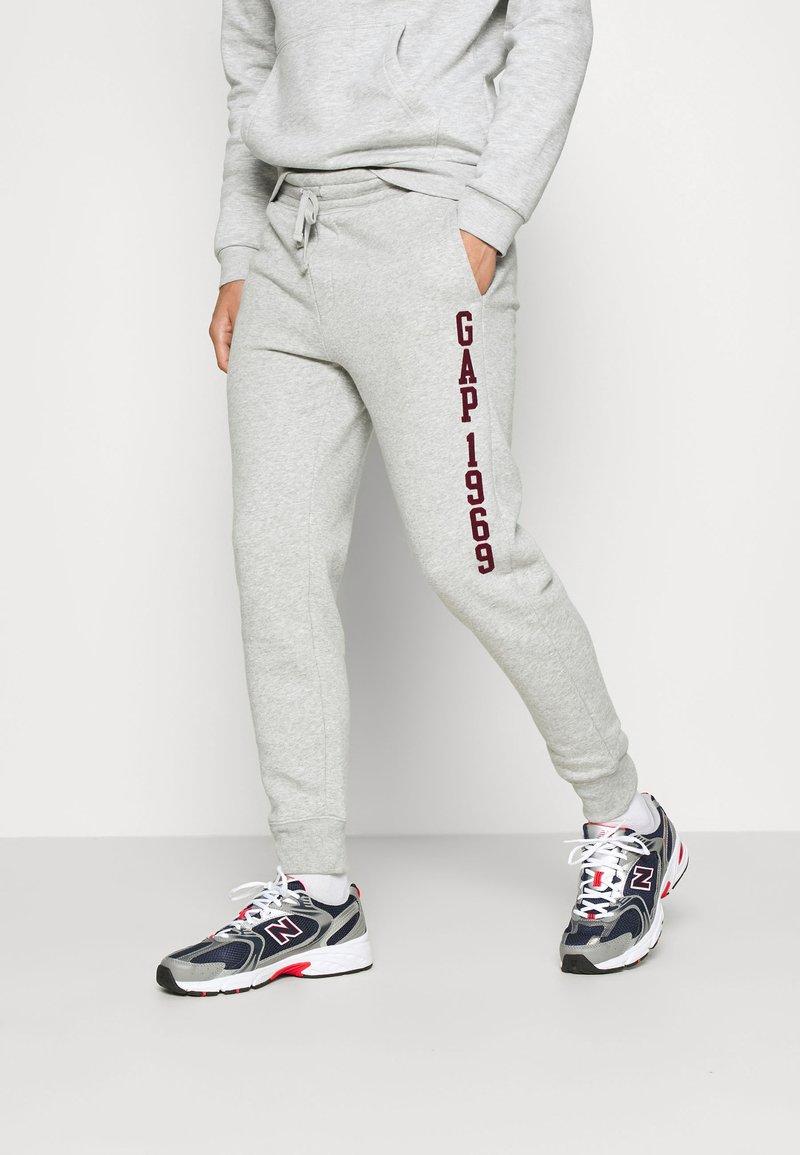 GAP - V-EXL FAMILY MOMENT LOGO JOGGER - Spodnie treningowe - light heather grey
