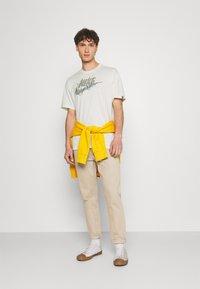 Nike Sportswear - TEE EMBROID - T-shirt med print - pure - 1