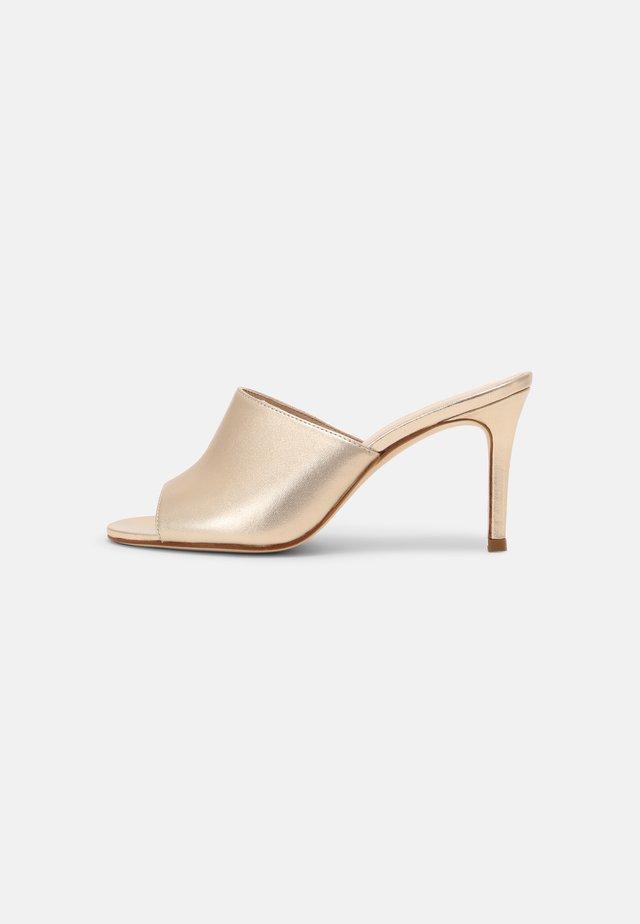ARLIKA - Pantofle na podpatku - gold