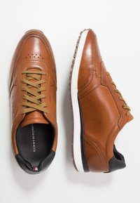 Tommy Hilfiger - PREMIUM RUNNER - Casual lace-ups - brown - 1
