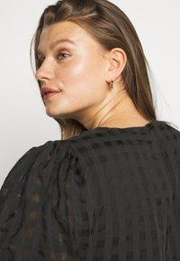 Glamorous Curve - TONAL CHECK TIERED DRESS - Denní šaty - black - 3