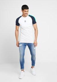 Gym King - SALVATION PAINT SPLATTER - Jeans Skinny Fit - mid blue - 1