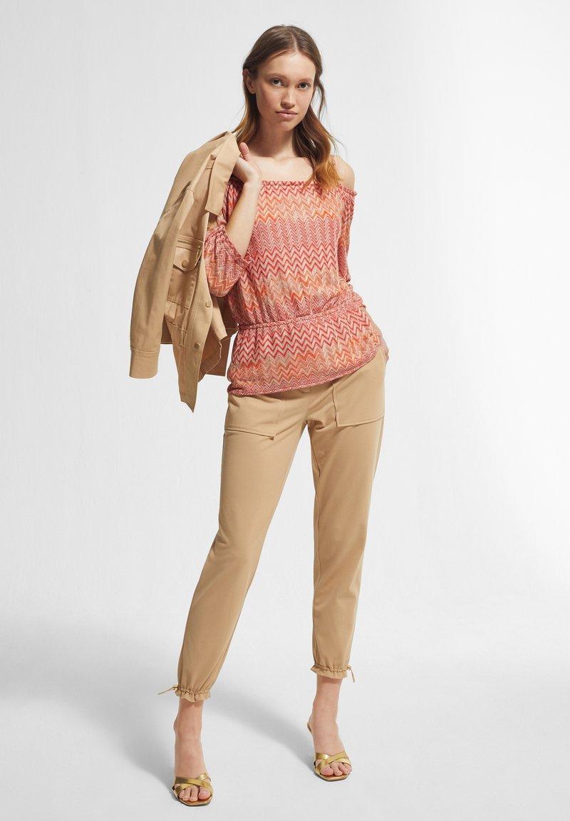 comma - Jumper - coral zic zac knit