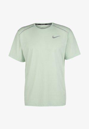 BREATHE RISE HERREN - T-shirt med print - pistachio frost / reflective silver