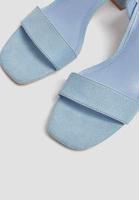 PULL&BEAR - PASTELLBLAUE SANDALEN 11620540 - Varrelliset sandaalit - blue - 3