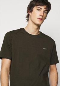 HUGO - DERO - T-shirt basic - dark green - 3