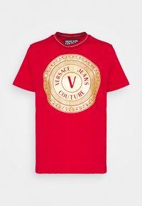 LADY - Print T-shirt - carmin/gold