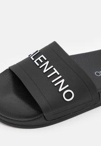 Valentino by Mario Valentino - Sandalias planas - black - 5