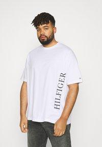 Tommy Hilfiger - LARGE LOGO TEE - Print T-shirt - white - 0