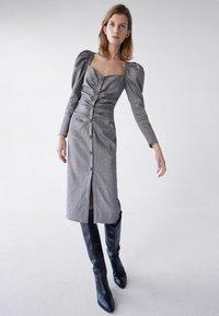 Uterqüe - MIT SCHMUCKKNOPF - Shirt dress - grey - 1