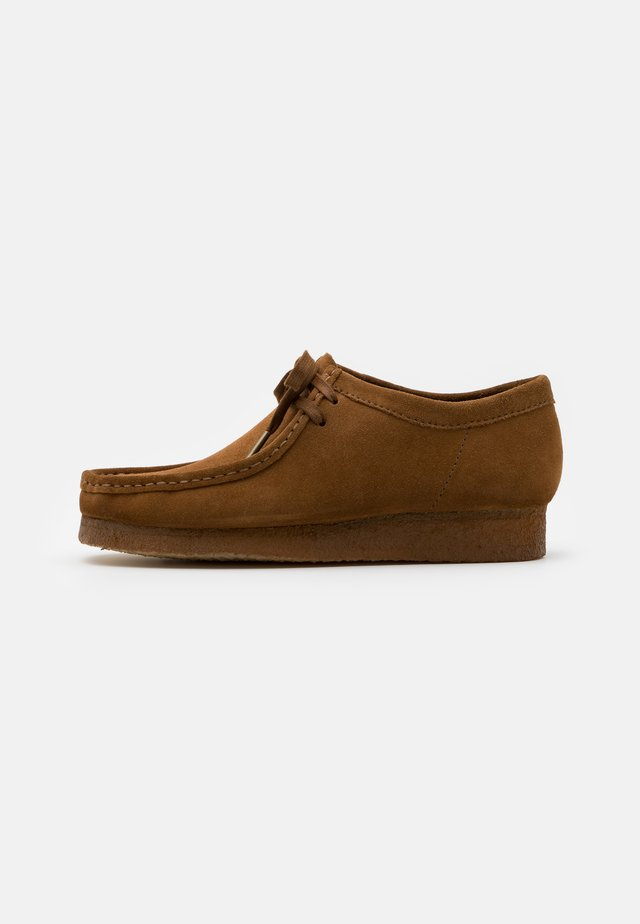WALLABEE - Casual snøresko - cola