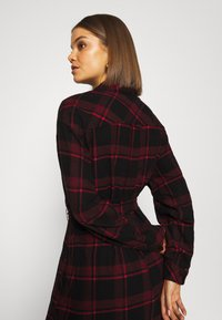 Tommy Jeans - DRESS - Blousejurk - deep crimson/black - 4