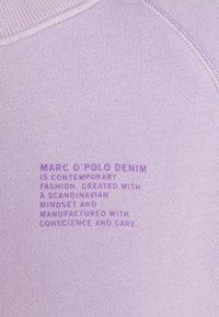Marc O'Polo DENIM - RAGLAN LONGSLEEVE SLITS AT SIDESEAM CHEST PRINT - Sweatshirt - pastel lilac - 2