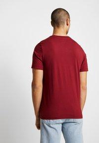 Nike Sportswear - CLUB TEE - T-shirt - bas - team red/white - 2