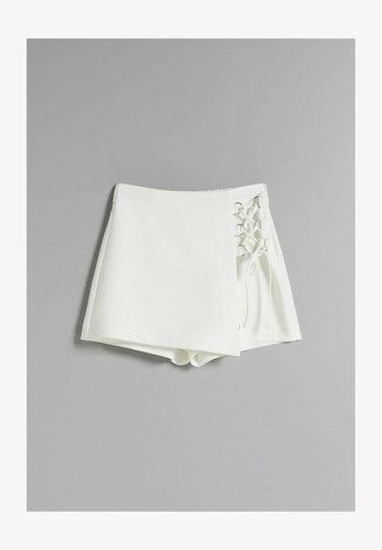 MIT ZIERELEMENT - Shorts - white