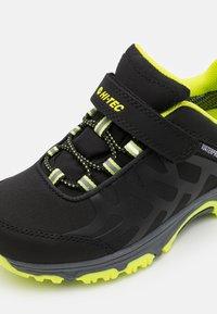 Hi-Tec - YOMP WP JR UNISEX - Trekingové boty - black/lime green - 5