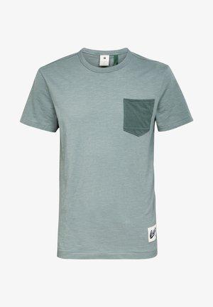 CONTRAST POCKET - Print T-shirt - grey moss