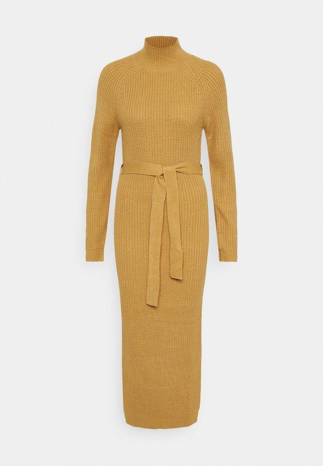 HIGH NECK BELTED DRESS - Strikket kjole - tan