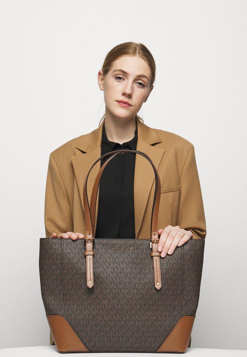 MICHAEL Michael Kors - ARIALG TOTE - Handbag - acorn