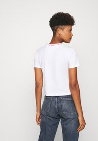 Tommy Jeans - BRANDED NECK TEE - Print T-shirt - white - 2