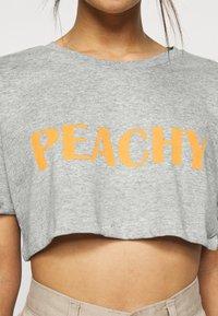 Missguided Petite - PEACHY ROLL CROP  - Print T-shirt - grey marl - 5