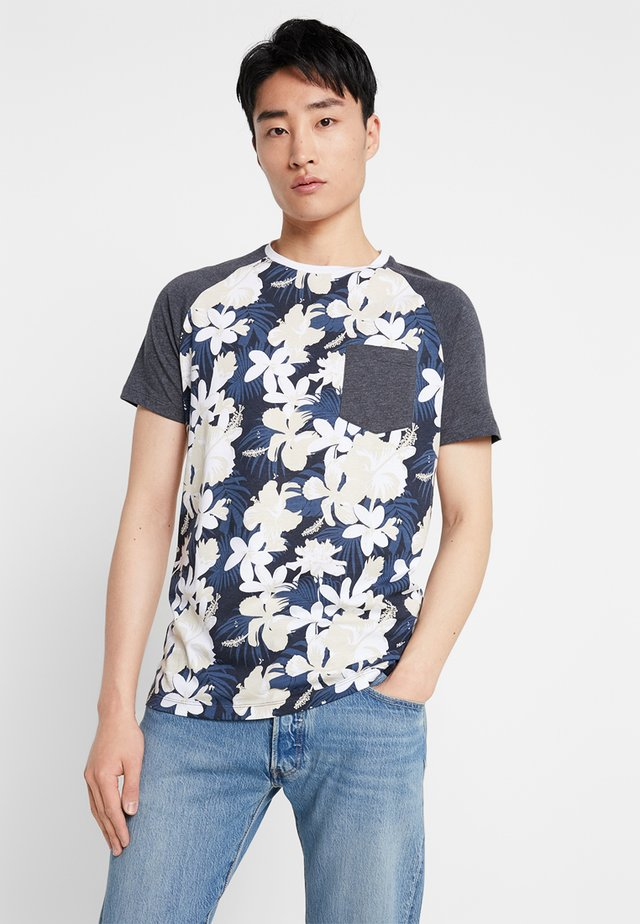 PKTGMS PARLOR POCKET TEE  - T-shirt z nadrukiem - dark navy