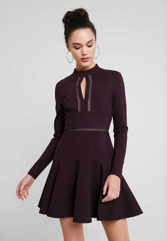VIVIANA TRIM PONTE DRESS - Vestido de cóctel - plum