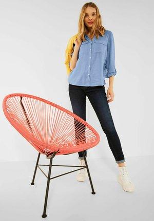 IN CHAMBRAY - Button-down blouse - blau