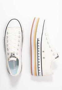 Converse - CHUCK TAYLOR ALL STAR PLATFORM LAYER - Sneakers basse - egret/total orange - 3