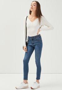 Cache Cache - MIT NIETENDETAILS - Jeans Skinny Fit - stone blue denim - 1