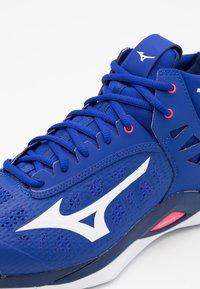 Mizuno - WAVE MOMENTUM MID - Volejbalové boty - reflex blue/white - 5