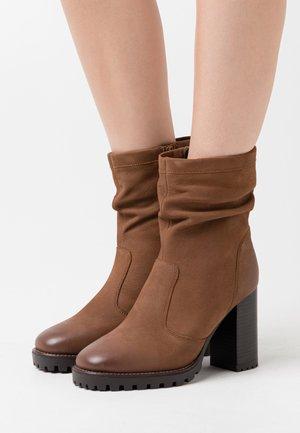 ELVIRA - Kotníková obuv na vysokém podpatku - cognac