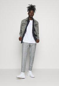 Calvin Klein - SHADOW LOGO  - T-shirt con stampa - white - 1