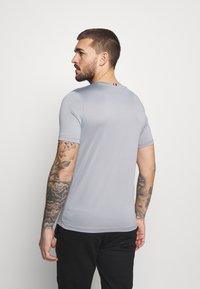 Tommy Hilfiger - ESSENTIALS TRAINING TEE - T-shirt con stampa - grey - 2