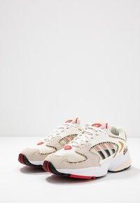 adidas Originals - 2000 W - Sneakersy niskie - chalk white/offwhite/scarlet - 6