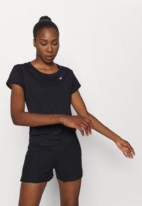 ASICS - RACE CROP - Print T-shirt - performance black - 0
