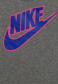 Nike Sportswear - CARGO SET - Triko spotiskem - hyper royal - 3
