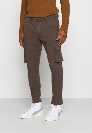 HARLEM PANTS - Pantalon cargo - seal brown