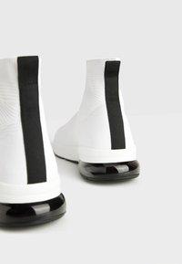 Bershka - MIT ELASTISCHEM SCHAFT  - Sneakersy wysokie - white - 4