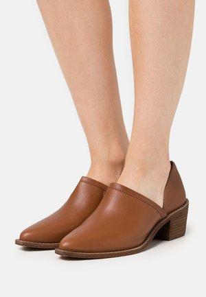 BRADY LOWCUT - Classic heels - english saddle