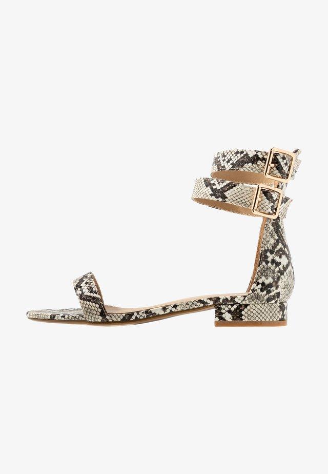 TRINITY - Sandaalit nilkkaremmillä - beige