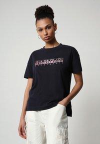 Napapijri - Print T-shirt - blu marine - 0